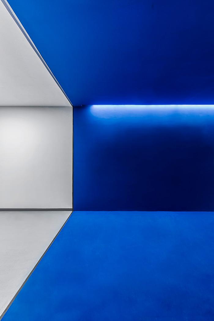 طراحی دفترکار و گالری مکعب آبی